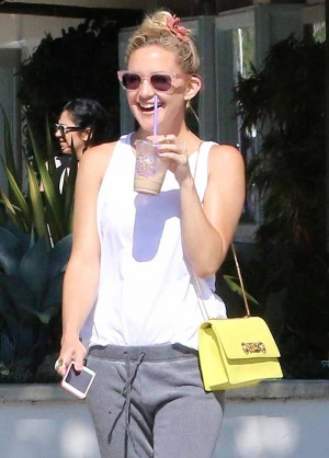 Kate Hudson gets an iced drink at The Coffee Bean & Tea Leaf in Malibu ***NO DAILY MAIL SALES***